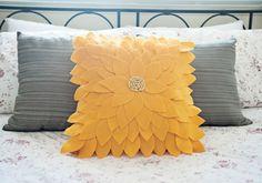 Aprenda a fazer passo a passo uma capa de almofada girassol, feita com feltro. Fica linda, não deixe de conferir.