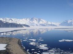 Het continent Antarctica is het hele jaar bedekt door dikke ijskappen. Poolonderzoekers onthullen stukje bij beetje de wereld die schuilgaat onder het ijs.