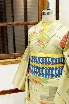 クリームイエローとアイボリー、黒の糸が織りなす地にカナリアイエロー、アップルグリーン、ポピーレッドなどのクレパスで描いたようなタッチで織り出されたウールの単着物です。
