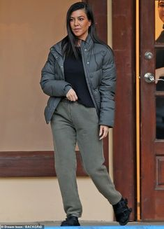 Kourtney Kardashian bundles up in puffy jacket and sweats for outing Kardashian Style, Kardashian Jenner, Kourtney Kardashian, Kardashian Fashion, Sweatpants Style, Sweatpants Outfit, Best Casual Outfits, Winter Outfits, Puffy Jacket