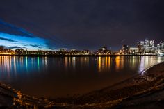 Wide view of London river at night andcity skyline Correlati