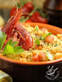 Couscous ai gamberi e pistacchi: un primo completo e un piatto unico, con carboidrati, proteine, pomodori e tanti aromi profumati.