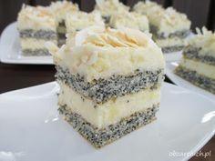 Pyszne makowe ciasto przełożone budyniowym kremem kokosowym idealnie sprawdzi się na rodzinne uroczystości