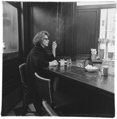 Diane Arbus, Woman at a counter smoking, N., © The Estate of Diane Arbus courtesy Fraenkel Gallery Diane Arbus, Vivian Maier, Nyc, Fotografia Tutorial, Circus Performers, Lee Friedlander, Gelatin Silver Print, Berenice Abbott, Portraits