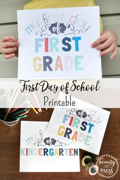 Aren't these the cutest First Day of School printable signs?