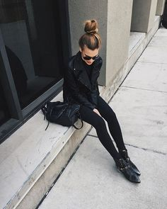all black outfit - ankle boots, black satchel, leather moto jacket, and black sunglasses just how we likeit Fashion Mode, Look Fashion, Fashion Outfits, Hipster Outfits, Rock Chic Outfits, Fashion News, All Black Fashion, Fashionable Outfits, Women's Fashion