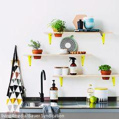 Die selbst gemachten Wandboards bringen mit ihrer fröhlichen Farbe Leben in die Küche. Die Schlichtheit des Metalltisches fällt gar nicht mehr auf neben den  …