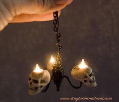 Tiny Ter Miniatures - skull chandelier for inspiration for Halloween or haunted minis Halloween Village, Halloween Doll, Halloween House, Holidays Halloween, Halloween Crafts, Haunted Dollhouse, Haunted Dolls, Diy Dollhouse, Dollhouse Miniatures