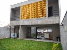 Esta casa feita de blocos de concreto aparente sem acabament…