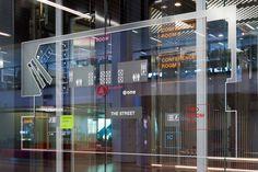 Macquarie Group, o maior banco de investimentos da Austrália precisava de uma sinalização e ambientação para a sua nova sede em Sydney. Os valores do banco como a transparência, a visão global e o comportamento de trabalho colaborativo precisavam ser traduzidos em seu ambiente. O EGG Office foi o escritório responsável por realizar este projeto.