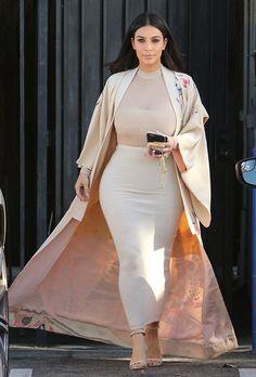 Kim Kardashian covers up in long skirt and embroidered coat Kimono Outfit, Kimono Fashion, Modest Fashion, Fashion Outfits, Kim Kardashian, Kardashian Photos, Top Maxi, Mode Kimono, Kimono Style