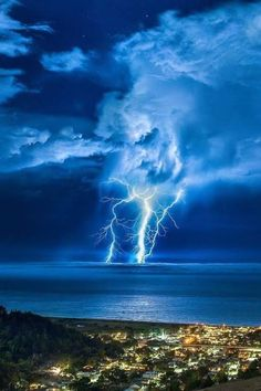 Massive Clouds and Thick Lightning Bolts All Nature, Science And Nature, Amazing Nature, Beautiful Sky, Beautiful Landscapes, Beautiful World, Home Bild, Thunder And Lightning, Lightning Storms