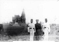 جندي أسترالي في صوره تذكاريه له مع عسكريين مصريين من امام قصر البارون سنه ١٩١٤