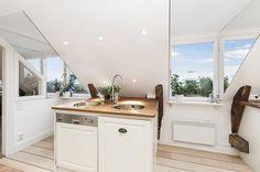 Samtliga takkupor i lägenhten har klätts med speglar vilket ger effekten av fler fönster samt ökar det naturliga ljusflödet.