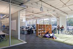 12_Studio-Sarah-Willmer_Atlassian-Offices_Corner-of-Conf-Rm_Alt-Work-Space.jpg (1024×697)