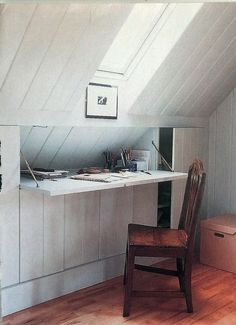 Desk built into attic space. American HomeStyle & Gardening magazine, date unknown. Estudio, Despacho pequeño