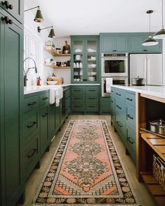 This kitchen is overflowing with good vibes and spring greens from head to toe. 😍 Double tap if you love this color palette! design:…