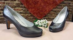 Modelo abierto de punta en plata vieja, a este tipo de zapatos también se le llaman peep-toe. Estos zapatos abiertos de delante lo cogen mucha gente para las comuniones y las bodas en primavera.