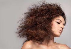 Trucos para lidiar con el pelo rizado en un clima cálido - http://www.entrepeinados.com/trucos-para-lidiar-con-el-pelo-rizado-en-un-clima-calido.html