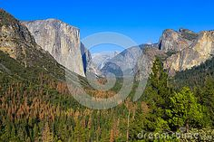 View on Yosemite Valley from the Tunnel View point, with view on El Capitan and Half Dome
