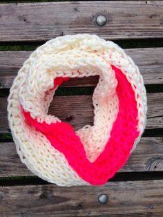 Wit+neon+roze+hand+gehaakte+colsjaal+tunnelsjaal+van+TaklaDesign+op+DaWanda.com  Cowl scarf Hans crochet