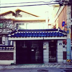 suadot / #마당 으로 #햇빛 이 들어오는 #파란지붕 #집 #파랑 #전봇대 #검정대문 #garden #sunshine #BlueRoof #house #Korea #seoul #blue #black / 서울 관악 신림 / #골목 #문 / 2013 12 28 /