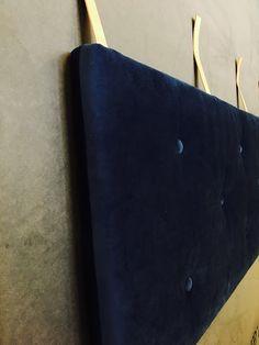 Bløde, lækre og stilfulde sengegavle Endelig er vi klar med vores bud på en Sengegavl til dem der ønsker at give soveværelset lidt karakter og til dem der elsker at læse en god bog i sengen. Sengegavlen kommer i 3 størrelser 142/162/182x 62 cm. og en tykkelse på 7 cm. Den er fremstillet i 30 kg. fast polyether skumgummi og monteret med fibervat der giver knapperne dybde i skummet og et imødekommende udseende. sengegavlen monteres direkte på vægen i kernelæderstropper med snørreringe. Meget…