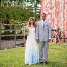 Sarà la corona di fiori, ma questa sposa ci ricorda una bella fatina con il delicato azzurro sulla gonna