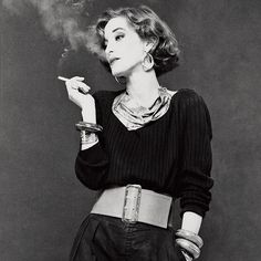 Loulou de la Falaise In this madcap French-English beauty started working side-by-side with Saint Laurent as an accessories designer and in-house muse. She was, Saint Laurent, told Vogue, féerique, or elfin. Yves Saint Laurent, Looks Style, Looks Cool, Le Smoking, Moda Vintage, Looks Vintage, Vintage Style, Retro Vintage, Mode Inspiration