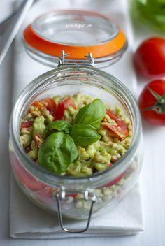 Insalata di farro con pesto di avocado e pomodori
