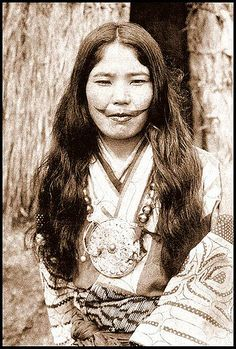 vintage everyday: A Beauty to Give the Thrill: 20 Vintage Portraits of Ainu Women from Northern Japan With Their Traditional Tattooed Lips We Are The World, People Of The World, Irezumi, Mustache Tattoo, Moustache, Old Photos, Vintage Photos, Ainu People, Facial Tattoos