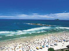 Uma das praias de Guarujá lotada durante a alta temporada. A água verde e areia branca formam um espetáculo à parte na cidade.