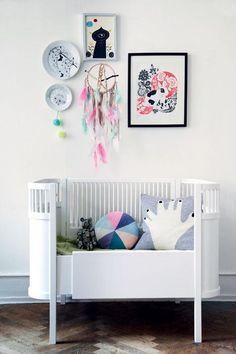 Attrape rêve et cadres colorés pour la déco dans la chambre de bébé.