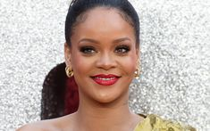 Regular: Rihanna at the Ocean's 8 UK premiere on June 13 sporting normal looking eyebrows Rihanna Cover, Rihanna Fan, Vogue Photoshoot, By Kilian, Olly Alexander, How To Draw Eyebrows, The Ellen Show, Laetitia Casta, Old Singers