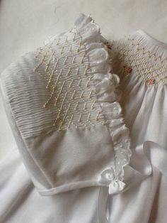 Like the way the smocking ends on this bonnet. Smocking Baby, Smocking Plates, Smocking Patterns, Smocked Baby Dresses, Pillowcase Dresses, Punto Smok, Baby Sewing Projects, Sewing Ideas, Baby Couture