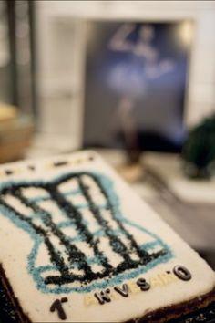 """Tarta tres chocolates, base de galleta y topping de coco para el 1ºaniversario de la tienda de corsets """"Tocado y Hundido""""."""
