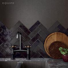 Tile Layout Patterns, Subway Tile Patterns, Modern Kitchen Backsplash, Black Backsplash, Kitchen Tiles Design, Kitchen Black Tiles, Black Subway Tiles, Küchen Design, Tile Design