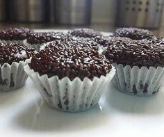 מתכון לכדורי Brigadeiros ברזילאים. כדורי פאדג' העשויים חלב מרוכז וקקאו. כדורים קטנים ומתוקים שכל אחד ישמח לקבל. ניתן גם להכניס לבלילת עוגה.