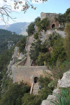 CASTLES OF SPAIN - Castillo de Alaró, Mallorca, castillo roquero ubicado en la cima de una montaña, inicialmente, el castillo fue construido para defender a la población cristiana de los piratas provenientes del norte de Africa. Fortaleza considerada inespugnable, de hecho, los cristianos resistieron ocho años y cinco meses un asedio musulmán en esa plaza.