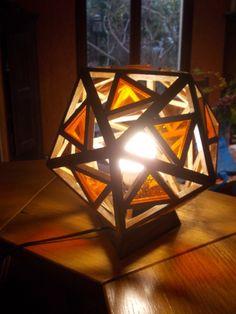 Un cadeau pour un anniversaire de mariage : une lampe de chevet en forme d'icosaèdre, un polyèdre à 20 faces (les amateurs de jeu de rôle le connaissent bien)