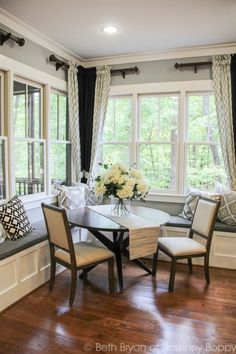 Built-in Banquette in the kitchen under the windows saves space and looks beautiful. Style At Home, Kitchen Nook, Kitchen Decor, Kitchen Banquette, Kitchen Ideas, Kitchen Seating, Kitchen Layout, Küchen Design, House Design