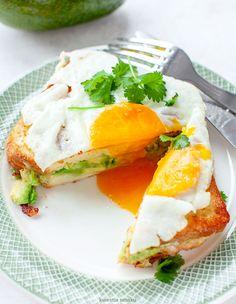 Tosty francuskie z awokado i jajkiem sadzonym | Kwestia Smaku Morning Food, Breakfast Recipes, Breakfast Ideas, Food And Drink, Appetizers, Eggs, Favorite Recipes, Lunch, Dinner