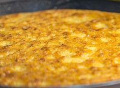 CECINA AI FRUTTI DI MARE - www.iopreparo.com La farinata di ceci è una torta salata tipica di Genova, ma la cecìna è  molto diffusa anche in Toscana. A Livorno si chiama Torta di ceci.   La cecìna ai frutti di mare diventa un piatto unico sostanzioso. I ceci sono legumi antiossidanti ricchi di betacarotene, fibre, proteine, sali minerali (fosforo, magnesio e potassio) e vitamine del gruppo B. I ceci contribuiscono a ridurre il colesterolo nel sangue.