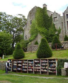 Otra biblioteca a la entrada de un castillo: en la ciudad de Cam-on-Wye.