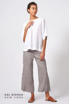 Put a little swing your step this season with this fresh linen top. With an easy fit and a lot of attitude, this linen blouse pairs well with our Side Kick Pant or any loose-fitting bottom. Linen shirts are ideal for the warm summer days ahead, so prepare for the season with this breezy and beautiful top for womans fashion over 40. Shop more from the summer collection now at KAL RIEMAN. Casual Work Outfits, Business Casual Outfits, Professional Outfits, Work Casual, European Fashion, Timeless Fashion, Modest Pants, Travel Outfit Summer, Linen Shirts