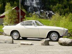 Restaurert klassiker fra Volvo P-1800S (1966). Dette er bilen Roger Moore kjørte i 60-talls serien The Saint. Bilen er strøken å se på både ut- og innvendig.