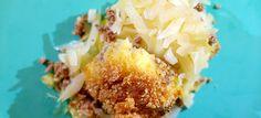 Deze ovenschotel met aardappelpuree, witte kool en gehakt is heerlijk krokant door de dikke laag paneermeel met roomboter. Hier het makkelijke recept.
