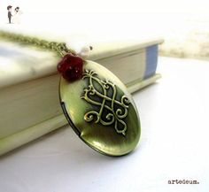Personalized Oval Locket Necklace with dark red glass flower and white pearl vintage antique bronze - Wedding nacklaces (*Amazon Partner-Link)