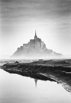 Mont Saint Michel France, Le Mont St Michel, Minimal Photography, Scenic Photography, Beautiful Buildings, Beautiful Places, Cathedral Architecture, Tourist Sites, Famous Buildings