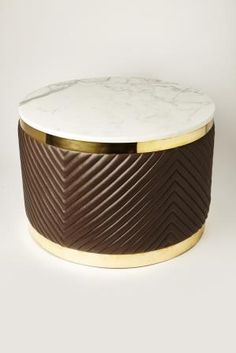 Дизайнерский столик выполнен из роскошных материалов: кожа, латунь, мрамор.